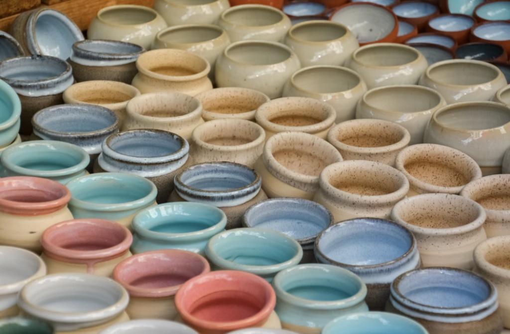 vaisselle avec des émaux de couleur