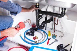 plombier repare une fuite